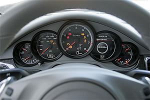 Fem instrumentrundlar har alltid varit ett signum för Porsches klassiska sportbil 911. I nya Panamera har rundlarna fyllts med delvis nytt innehåll, fönstret nästa längst till höger är till exempel en display som kan visa färddator, navigation och mycket annat.