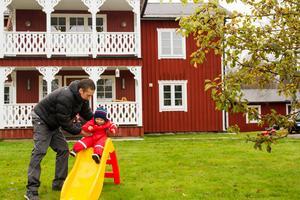 Ronnie leker med sonen Charlie på gården.