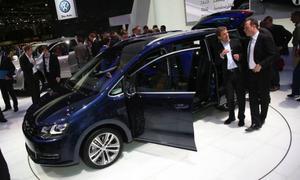 Familjebussen är på väg mot en renässans tror man hos Volkswagen som i Genève lanserar en helt egenutvecklad Sharan. Föregångaren byggde VW tillsammans med Ford. Det finns bara två delar som nya och gamla Sharan har gemensamt- de två solskydden! Med en förbrukning på 0,54 liter milen sätter Sharan världsrekord i sin klass när det gäller bränsleekonomi.