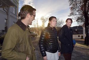 Mjölkproducenterna Joakim Vägermark och Anna Strömgren bollade idéer med Ica-handlaren Astrid Gradin efter torsdagens mjölkmöte på Hussborg herrgård.