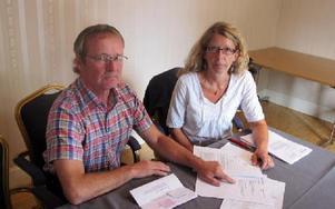 Östen Stenberg och Lena Reyier-Ingman med det märkliga protokollet från miljö- och byggnadsnämndens möte om Dalkurd klubbhus. Foto: Hans Dahlqvist