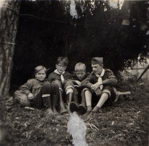 En kämpahajk i Nedre Gärdsjö från 1955 med Fisken, Roten, Sladder och Plitarn - som pojkscouterna kallade sig.