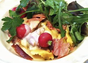 Varmrökt lax och pasta är mat som passar en sommarlat dag i juli.   Dan Strandqvist