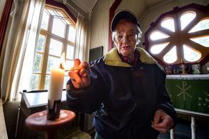 Doris Berglund tänder ett ljus i Öfra kapell.