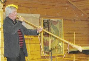 Ingemar Ihlis gästade SPF Orsas senaste möte och visade då hur man spelar näverlur.