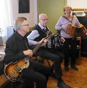 DurDuon Harriet & Ola med basisten Kenneth Lindberg.
