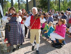 Transtrands spelmanslag med Anette Jonsson-Lill och Stig Larsson i täten öppnade invigningsfesten för kooperativet Dalen i Sörsjön.