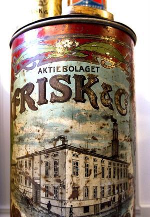 Enligt Hans Kadi själv är det här hans raritet i samlingen – en snustunnafrån AB Frisk & Co. i Hudiksvall. Tunnan stod troligen i en affär och ur den östes snuset upp till kunden.