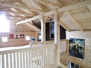 Det nybyggda fårhuset Lammkatedralen i Långhed får tjäna som utställningslokal under några veckor.