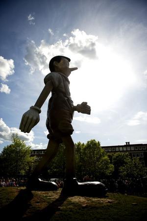 Ett stort steg för Borås. Jim Dines gigantiska Pinocchio-skulptur har satt Borås på kartan som Sveriges skulpturstad nummer ett. Vart tog Gävle vägen, undrar konstvänner i Gävle i ett debattinlägg.