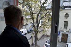 Kjell Andersson har sovrumsfönstret mot Olof Palmes torg och befarar att nattsömnen blir lidande i sommar.