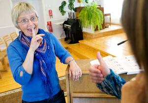 Ett finger bakom framtänderna är ett effektivt sätt att undvika framskjuten haka. Astrid gör tummen upp.