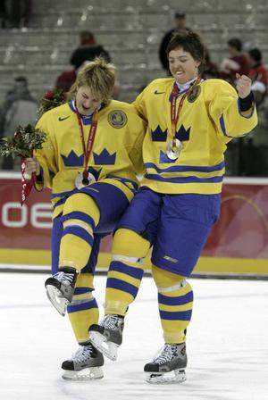 Silverjubel. Nanna firar OS-silvret i Turin tillsammans med Frida Nevelainen.