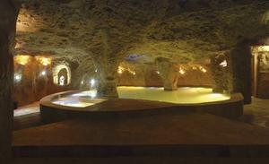 Lopesan Costa Meloneras ResortCorallium Spa är ett av Spaniens modernaste och mest kompletta hälsocenter. Det är ett av de största och bästa spa jag provat. På 3 500 kvadratmeter i jätteresortens källarvåning ligger vi i flytpool, renar luftrören i en saltgrotta och svävar bort som i en trygg livmoder i ett rött avslappningsrum. Arkitekturen har inspirerats av allt från Nordpolen i isrummet till det vulkaniska Gran Canaria i lavarelaxrum med stenväggar.- Luften i saltgrottan renar lungorna och är bra för alla med allergi, migrän och som arbetar bland damm och kemikalier, upplyser Yazmina Cabrera Hernández som är en av öns ledande spa-experter och assisterande vd på Gran Canaria spa wellness & health association.