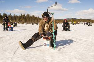 Koncentration hos Mats Arne Axelsson som raskt rusade vidare för att borra ett nytt hål när det inte nappade.