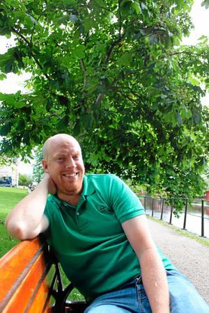 Henrik Sjöman bor i Lund, men är hemma på sommarvisit och hjälper föräldrarna att flytta.