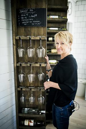 TV-snickarna Willy Björkman och Matte Carlsson byggde en originell vinförvaring med tre diskreta hyllskåp som kan öppnas. Bakom två av dem ligger vinflaskor och den mittersta rymmer vinglas. De sparade även en bit av en gammal kökslucka med Anns viktiga tankar.