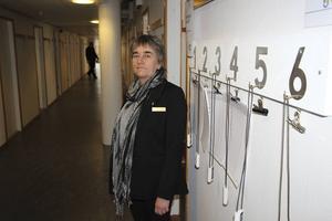 Liselotte Fagerström är enhetschef för frivården i Gävle. På väggen hänger de larm som personalen har på sig. Det ska alltid vara minst fyra personer i tjänst.