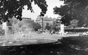 Stortorget 1980-tal från Gävle kommuns informationsavdelning. Fontänen satte sin prägel på Stortorget fram till för något år sedan. Nu är den borta. Fotograf: Okänd