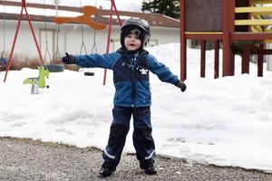 Fyraårige Levi har blodsjukdomen, ITP, som gör att han är mycket känslig för smällar mot kroppen. En hård smäll i huvudet kan vara kritiskt för honom men i övrigt är han en pigg och glad kille.