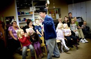 Barnen på barnkliniken tyckte att clownerna var roligare och knasigare än andra människor.