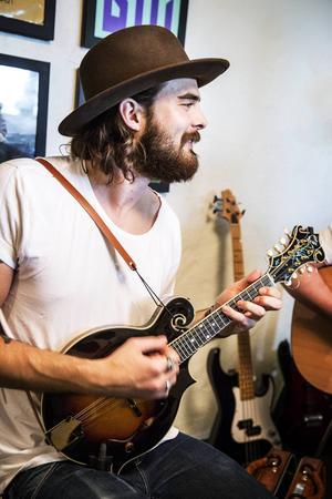 Johannes Söderlund spelade från början trummor men i bluegrassgrenren är det sällan trummor. Han fick sadla om och lära sig mandolin i stället.