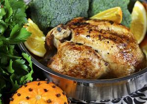 Helstekt kyckling är inte så vanligt nu för tiden, men om fågeln ges möjlighet att tillagas med skinn och ben kvar blir den så mycket godare.
