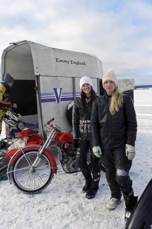 Isracingtjejerna Anna Lindblom från Borlänge och Alexandra Romlin från Säter.