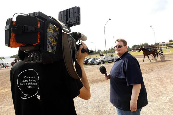 Spelexpert Carl-Johan Goth och Fredric Gustafsson bakom kameran bjuder på uppsnack live från stallbacken på Rommetravet.