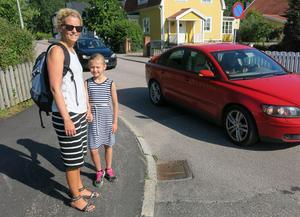 Elin Rubinsson, här med dottern Lydia, vill ha ett övergångsställe på Nansengatan vid korsningen med Vegagatan.