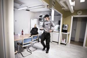 Frukostdags för två av de anställda, Fredrik Öhrn, sitter vid bordet, och Christian Sjöberg har nyss hämtat matdosan.