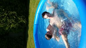 En varm sommardag så fick jag denna roliga bild på våra söner. Härligt med badbilder.