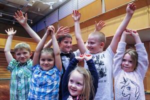 """De gjorde """"raketen"""" en extra gång. Från vänster bröderna Eliasson från Krokom; 7-årige Oskar, 5-årige Pontus och 9-årige Elias, 8-årige Casper Olsson och hans 6-åriga lillasyster Tilda Olsson från Krokom, och framför dem 4-åriga Olivia Persson från Dvärsätt."""