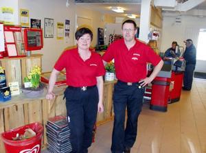 Maria H Eriksson och Håkan Eriksson tog i tisdags över livsmedelsaffären i Älvros. Foto: Stefan Persson