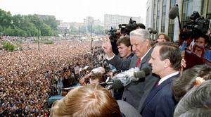 Kuppförsöket är över och Boris Jeltsin gör segertecknet framför jublande folkmassor i Moskva 22 augusti 1991. Foto: Alexander Zemlianichenko/AP/TT