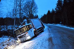 SOPBIL I DIKET. Vägarna i och kring Söderfors var glashala på måndagsmorgonen. Flera fordon åkte av vägen mellan Mehedeby och Söderfors.