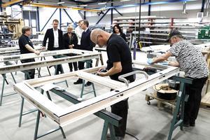 Säkerhetsdörrar under produktion. Närings- och innovationsminister Mikael Damberg fick se hur produktionen går till på Maxidoor.