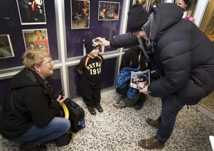 Sjuårige Calle Persson står längst fram vid dörren där spelarna kommer in. Inte för att få en autograf av idolen Jakob Silfverberg – utan för att överlämna sin.