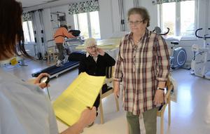 KOPPARBERG. Under seniordagen i Kopparberg gavs möjlighet att testa balansen. Här klockas Elsa Jansson, intill sitter Eivor Andersson.