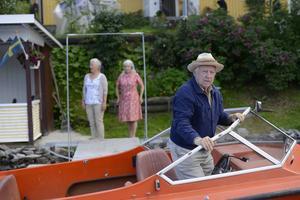 Ingvar Hirdwall har en av de bärande rollerna som svärfadern till huvudpersonen Bjarne Nyman. En biroll spelas av Mikael Rahm från Oviken.