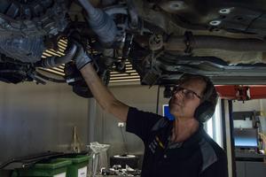 Stig Karlsson utför ett tyngre arbete på en bil, växellådan ska bytas för att kunna rulla felfritt i vinter.