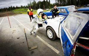 I folkrace är alla är beredda att hjälpa till. Här är det William Gustavsson som får hjälp att putta tillbaka sin bil så att den kan startas med rullstart.
