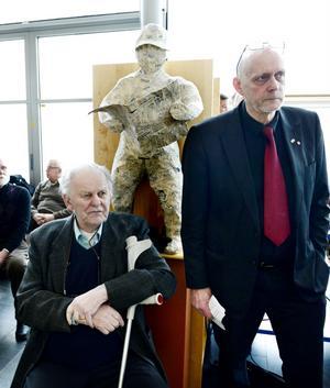 Flytten av Mittuniversitetet från Härnösand får Thorbjörn Fälldin att se rött. I protest lämnar han tillbaka sin doktorshatt och doktorsring.
