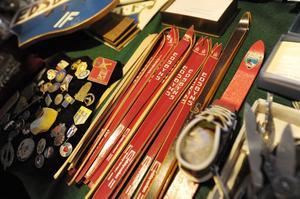 Reklamskidor och medaljer såldes på auktionen.