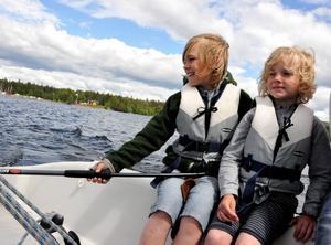 Alfred och Harry Svedberg kommer från Göteborg och var i Östersund för att hälsa på moster Helene Jacobsson. Syskonen testade att åka och styra segelbåt för första gången.