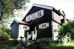 Marit och Peters hus på Blåsbo stod klart 1913. Det ligger även på Västerås högsta punkt. Marits pappa är även född tre minuter från den här platsen.