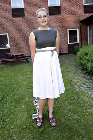 Emilia Nordstrand har sytt sin klänning på syslöjden.