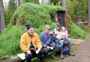 Kort vila. Vänner har följt Jans arbete med milan och besöker den varje dag. Arne Bergström, Jan Thybeck, Per Thybeck och barnen Lovisa och Axel fikar tillsammans