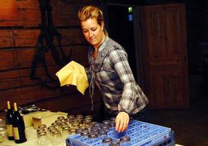 Anna-Karin Haglund från Åre sköter vinet.