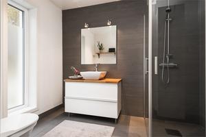 Badrummet är i modern stil.